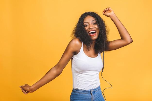 Portret van mooie afrikaanse amerikaanse vrouw het luisteren muziek