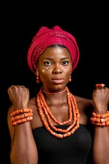 Portret van mooie afrikaanse vrouw die traditionele toebehoren draagt
