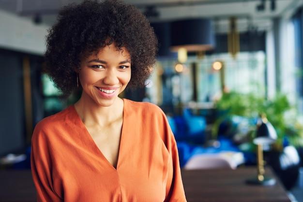 Portret van mooie afro-amerikaanse vrouw op kantoor