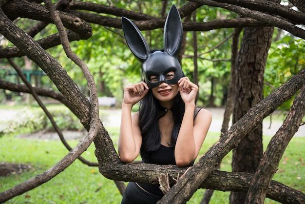 Portret van mooie aziatische aantrekkelijke vrouw met zwarte kledingsuitrusting