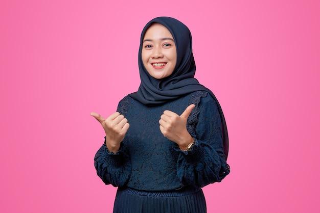 Portret van mooie aziatische vrouw die dubbele duim opgeeft
