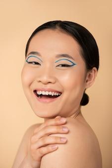 Portret van mooie aziatische vrouw die samenstelling draagt Gratis Foto