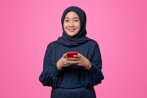 Portret van mooie aziatische vrouw met smartphone met lachende uitdrukking