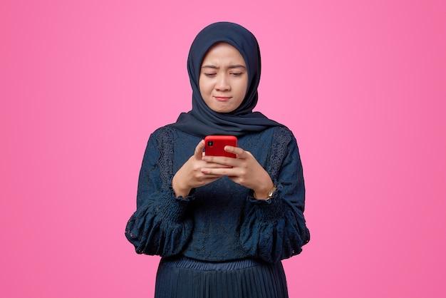 Portret van mooie aziatische vrouw met smartphone met ongelukkige uitdrukking