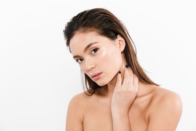 Portret van mooie aziatische vrouw na bad met nat bruin haar, dat over wit wordt geïsoleerd