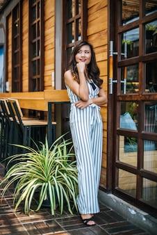 Portret van mooie aziatische vrouw ontspannen in café