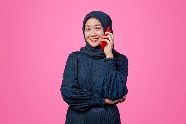 Portret van mooie aziatische vrouw praten door smartphone met geluk expression