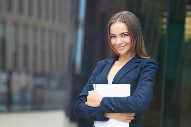 Portret van mooie bedrijfsvrouw
