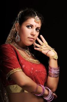 Portret van mooie blanke blanke vrouw in traditionele indiase kostuum