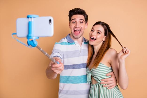 Portret van mooie blije vrolijke paarvrienden die selfie-opnamevideo maken