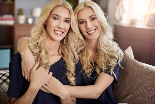 Portret van mooie blonde tweelingen Gratis Foto