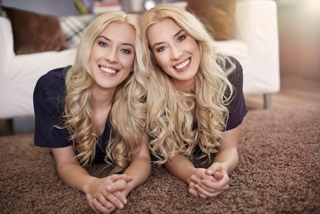 Portret van mooie blonde tweelingen
