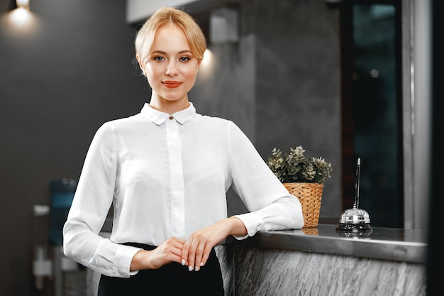 Portret van mooie blonde vrouw hotelreceptionist close-up