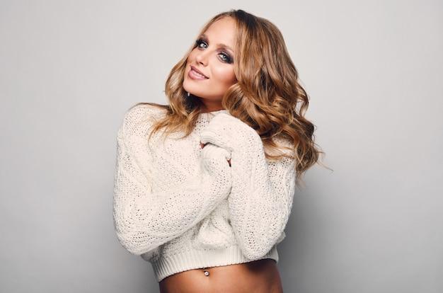 Portret van mooie blonde vrouw in sweater