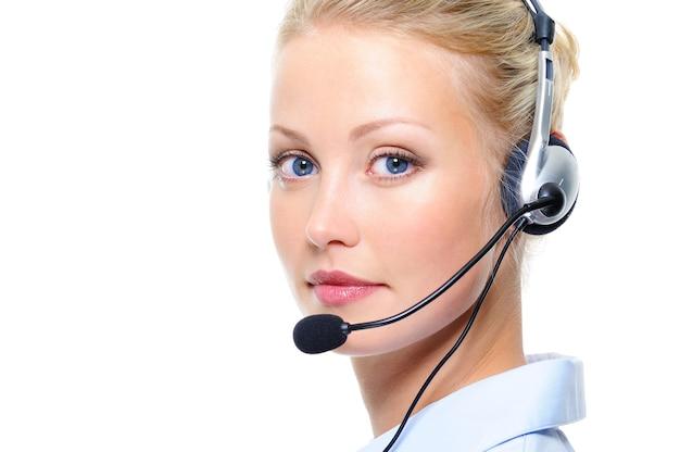Portret van mooie blonde vrouw met hoofdtelefoons