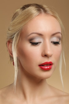 Portret van mooie blonde vrouw met make-up