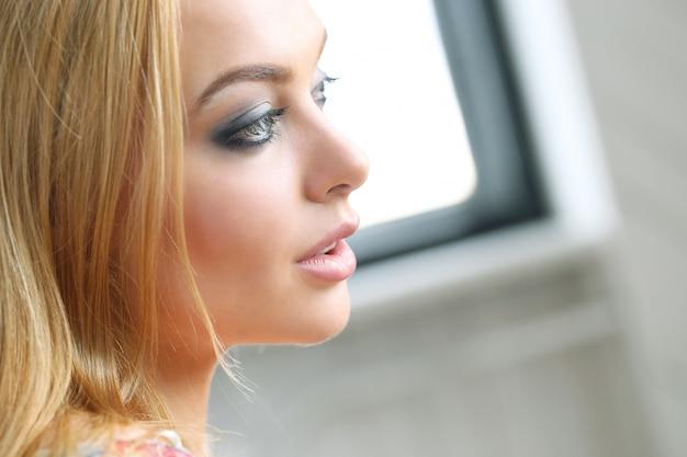 Portret van mooie blonde vrouw