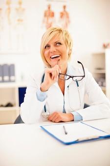 Portret van mooie blonde vrouwelijke arts