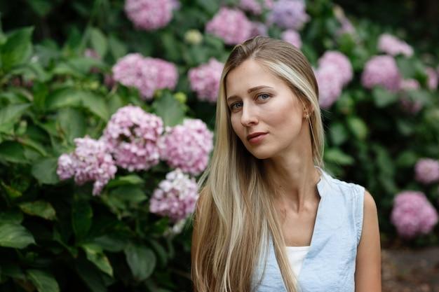 Portret van mooie blondevrouw in het park