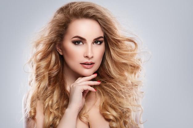 Portret van mooie blondevrouw