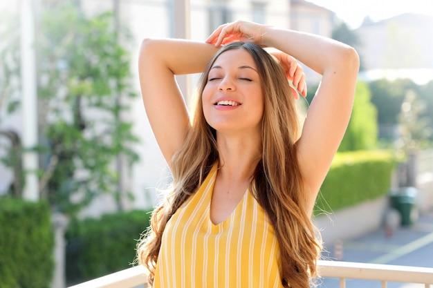 Portret van mooie braziliaanse vrouw die frisse lucht op balkon in de ochtend ademen. zorgeloos, vrijheid concept.