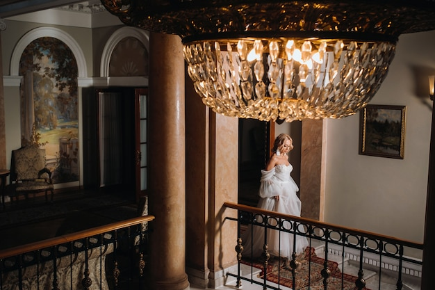 Portret van mooie bruid in de hal.