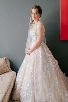 Portret van mooie bruid in witte vintage jurk poseren