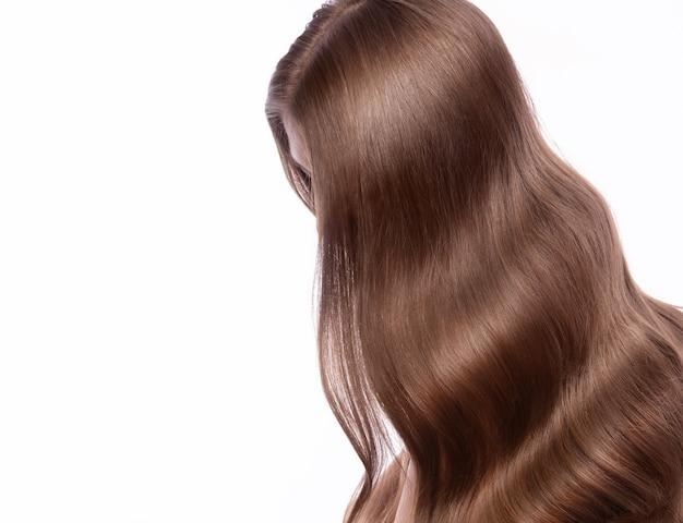 Portret van mooie bruinharige vrouw met een perfect krullend haar en klassieke make-up. schoonheid gezicht en haar. foto genomen in de studio op een witte achtergrond.