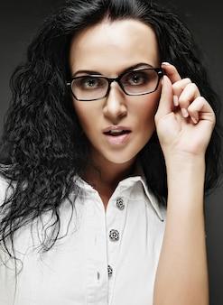 Portret van mooie brunette vrouw in glazen