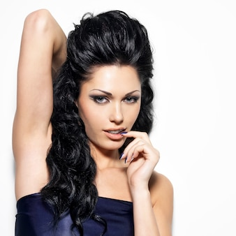 Portret van mooie brunette vrouw met het teken van sensualiteit