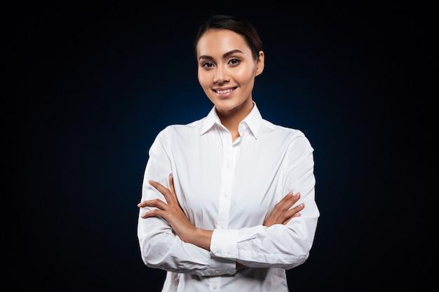 Portret van mooie donkerbruine verpleegster die over zwarte wordt geïsoleerd
