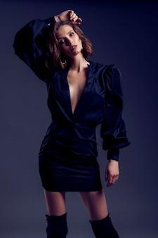 Portret van mooie donkerbruine vrouw in pho van de zwarte kledingsmanier