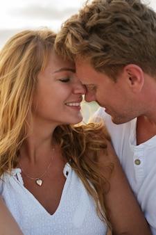 Portret van mooie europese verliefde paar kijken elkaar close-up.