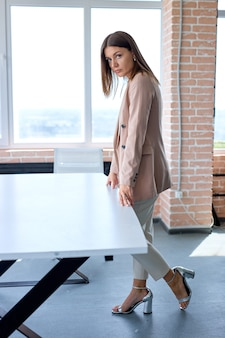 Portret van mooie financiële assistent zakenvrouw in formele kleding poseren in office