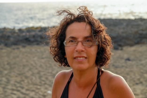 Portret van mooie gelooide rijpe brunette met bril