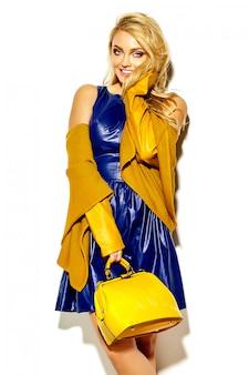 Portret van mooie gelukkig lieve lachende blonde vrouw vrouw in casual hipster warme trui kleding, met gele handtas in zonnebril