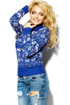 Portret van mooie gelukkig lieve lachende blonde vrouw vrouw in casual hipster warme winterkleren, in blauwe trui met herten