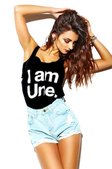 Portret van mooie gelukkig schattige brunette vrouw slecht meisje in casual hipster zomer kleding