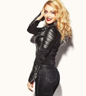 Portret van mooie gelukkig schattige lachende blonde vrouw slecht meisje in casual zwarte hipster kleding met rode lippen