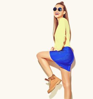 Portret van mooie gelukkig schattige lachende brunette vrouw meisje in casual kleurrijke hipster gele zomer kleding met rode lippen op wit wordt geïsoleerd