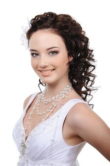 Portret van mooie gelukkige jonge bruid