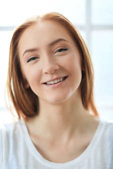 Portret van mooie gembervrouw