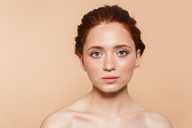Portret van mooie geweldige jonge roodharige vrouw poseren geïsoleerd.