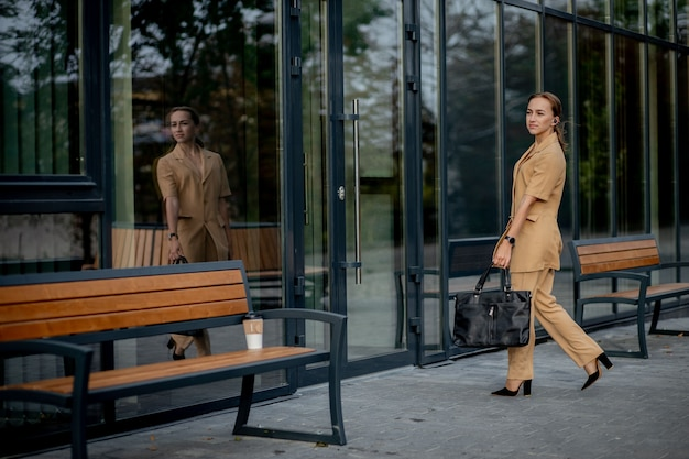 Portret van mooie glimlachende vrouw in stijlvolle kantoorkleding