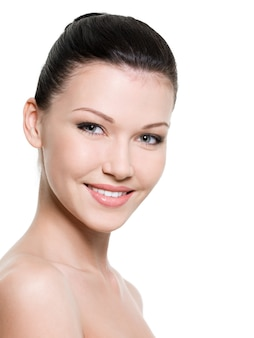 Portret van mooie glimlachende vrouw met gezonde huid