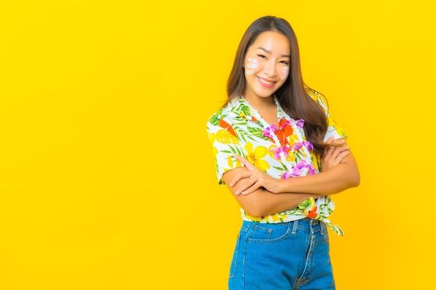 Portret van mooie jonge aziatische vrouw die kleurrijk overhemd draagt