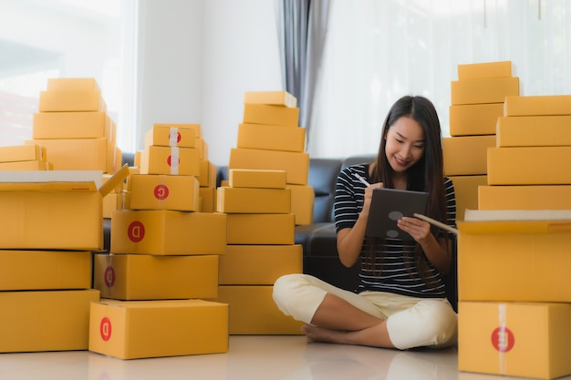 Portret van mooie jonge aziatische vrouw met kartonnen pakket dozen