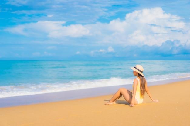 Portret van mooie jonge aziatische vrouw ontspannen op het strand in reisvakantie
