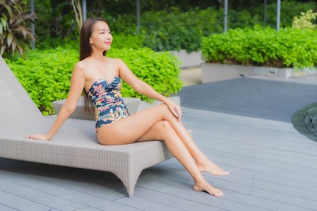 Portret van mooie jonge aziatische vrouw ontspant op het zwembad in hotelresort