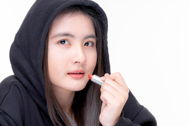 Portret van mooie jonge aziatische vrouw schoonheid vlogger houd cosmetica online te koop